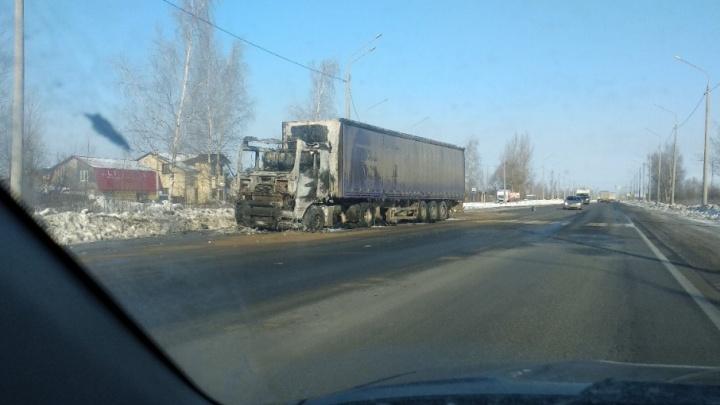 В Ярославле на окружной дороге ночью полыхала фура: очевидцы сняли видео