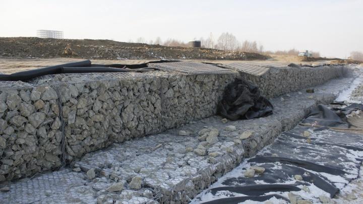 Рабочие с Алтая камнями укрепляют дорогу — дублёр улицы 70 лет Октября из-за грунтовых вод