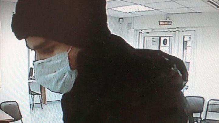 Видео: мужчина в медицинской маске ворвался с оружием в кассу
