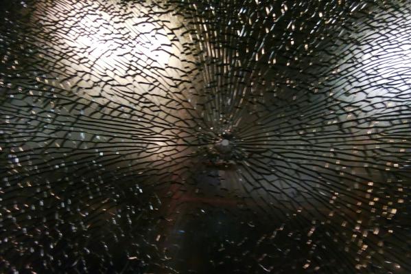Одно из стёкол трамвая пошло трещинами