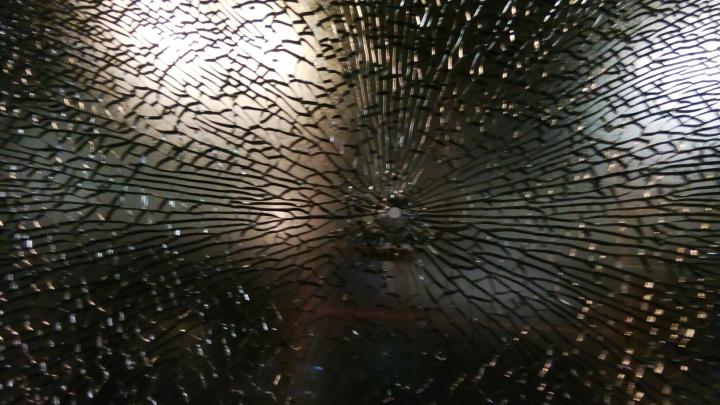 В Октябрьском районе обстреляли трамвай №13