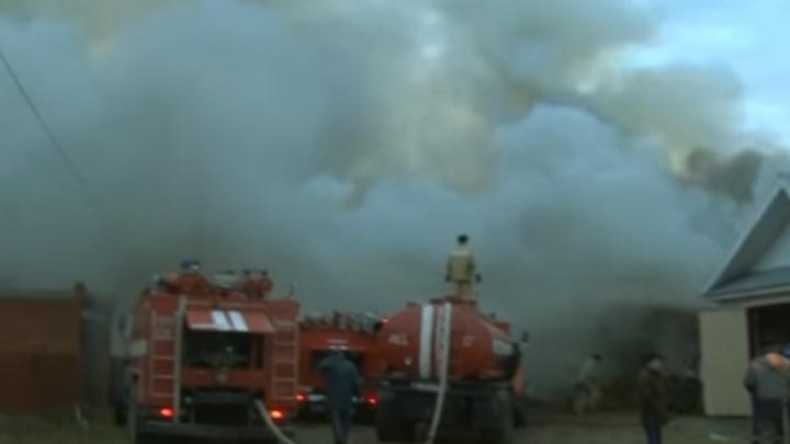 Крупный пожар в Башкирии превратил недостроенный коттедж в пепелище