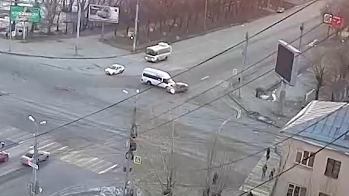 Микроавтобус выбросил машину на встречную полосу