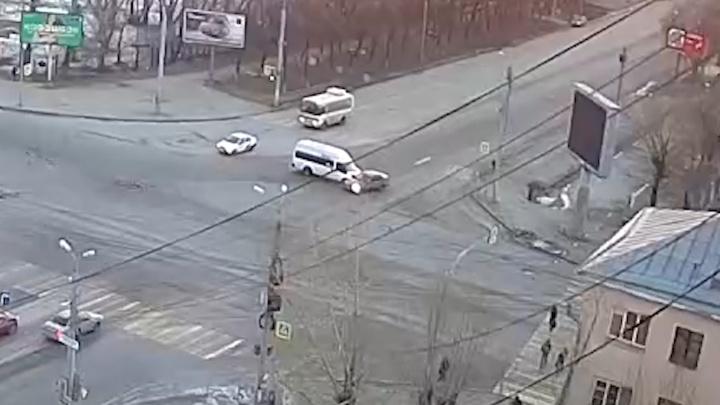 Летел на красный: в Челябинске маршрутка протаранила легковушку