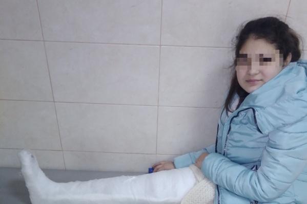 У девочки перелом большеберцовой кости, гипс ей наложили на шесть недель