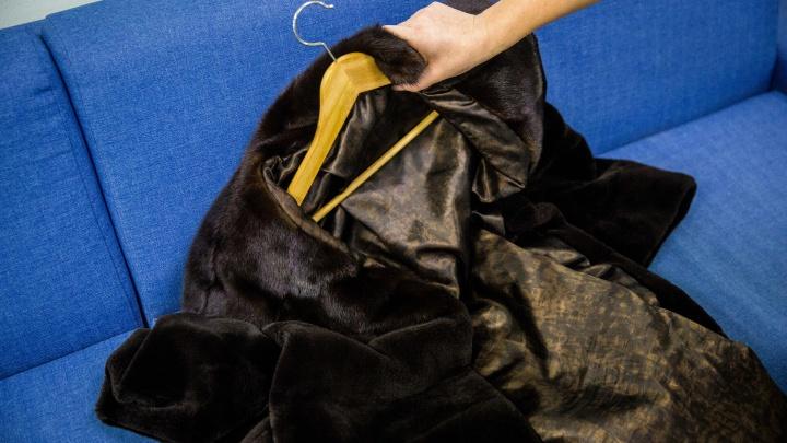 Девочка-подросток украла у матери две шубы за 350 тысяч, чтобы сдать их в ломбард
