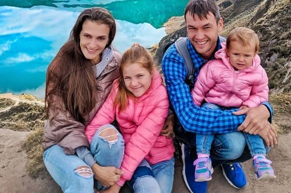 Семья Бякиных — мама, папа и две дочки