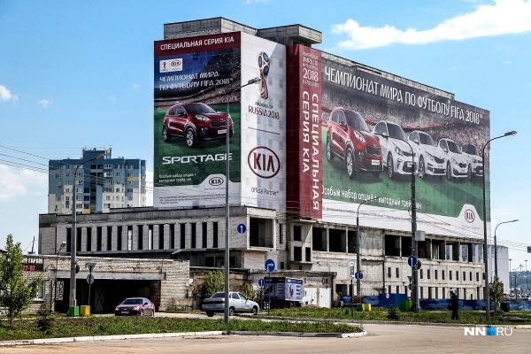Недостроенную гостиницу рядом со стадионом «Нижний Новгород» затянули рекламным баннером
