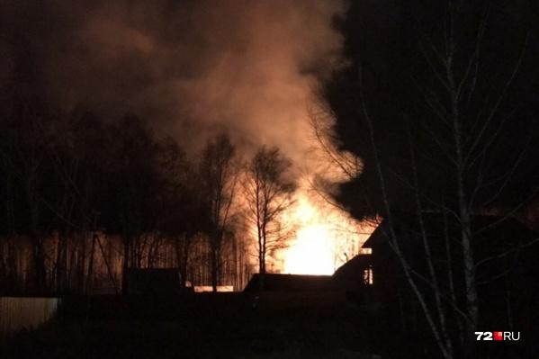 Был риск, что пламя перекинется на соседние постройки. Но этого удалось избежать