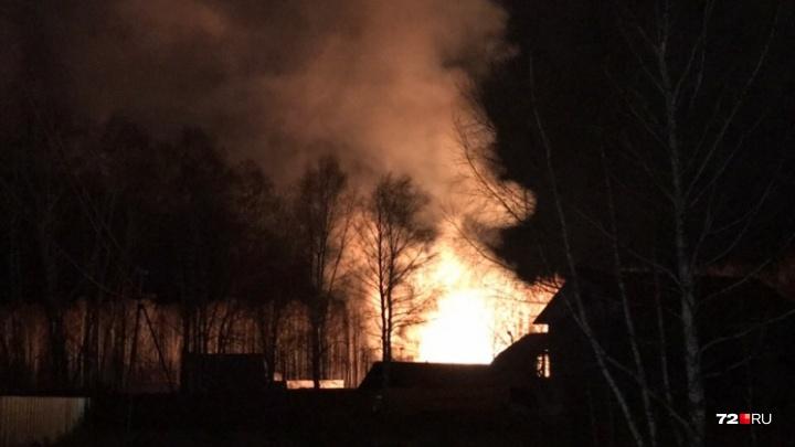 Этой ночью под Тюменью дотла сгорели жилой дом и припаркованная во дворе «Волга»
