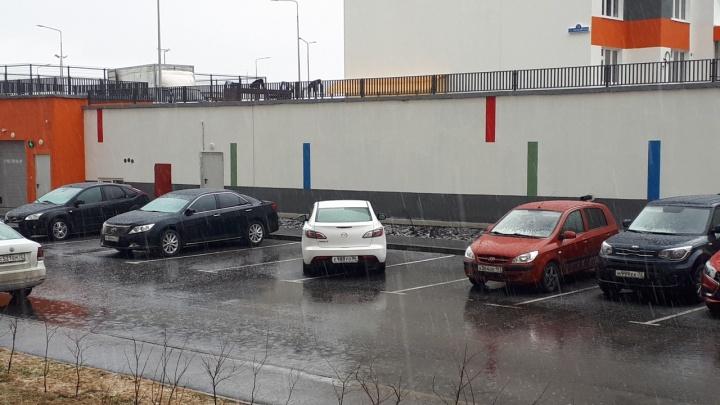 «Я паркуюсь как...»: служебное авто на парковке для инвалидов и «Газель» посреди тротуара в Тюмени