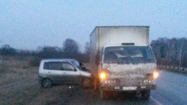 «Ниссан» залетел под грузовик на обочине: пострадали водитель и беременная пассажирка