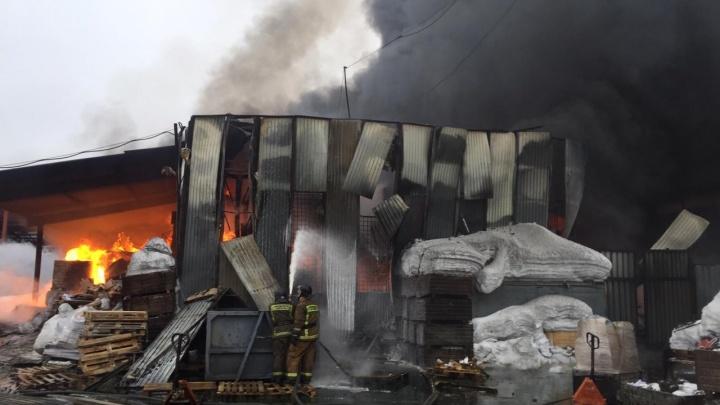 Онлайн: на Электрозаводском проезде горит склад с продуктами