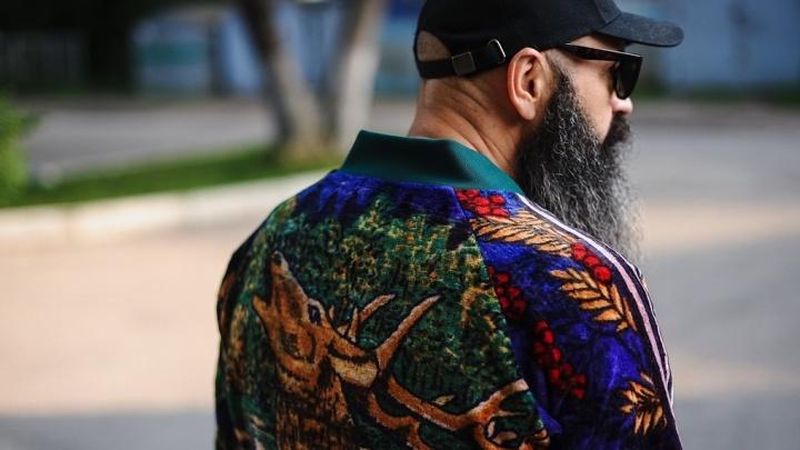 «В такой толстовке художника сразу видно»: омский дизайнер шьет одежду из старых ковров
