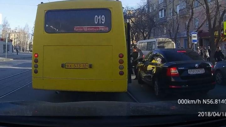 Шайтан-«Богдан»: маршрутка-трамвай, водитель-шумахер и массовый проезд на красный в Екатеринбурге