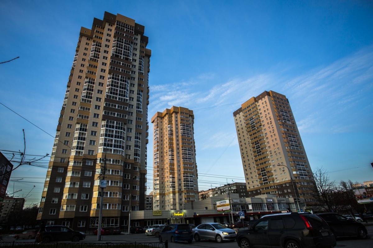 Три 25-этажных дома на перекрёстке Фрунзе и Ольги Жилиной