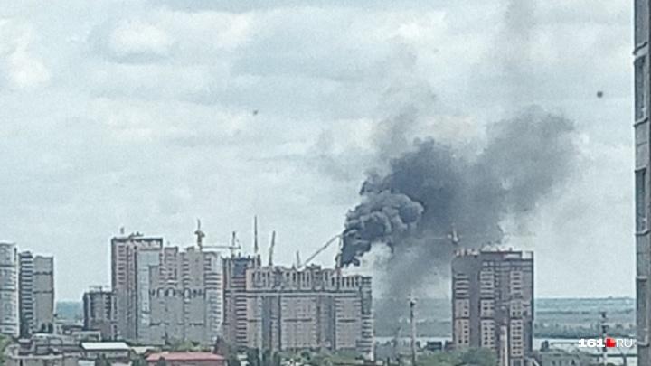В Ростове загорелась недостроенная многоэтажка
