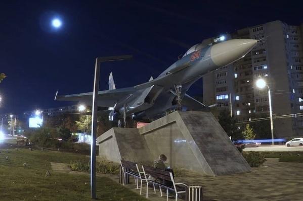 Памятник подсвечивается прожекторами и светильниками