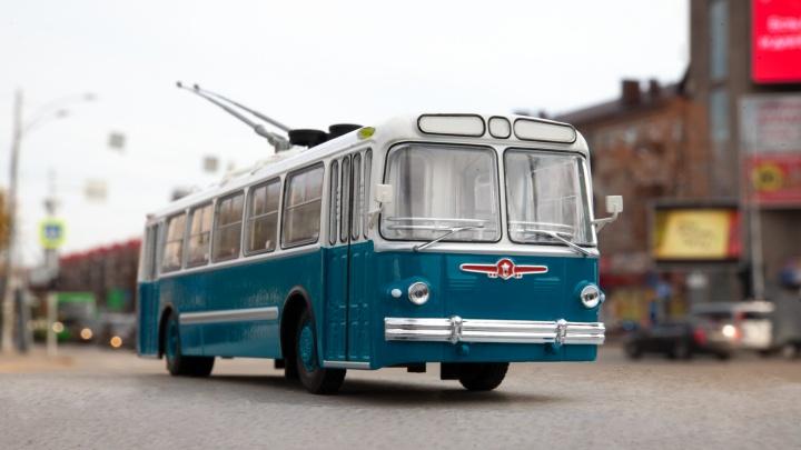Исчезли навсегда. Вспоминаем тюменские троллейбусы, гуляя по городу с их крошечной «рогатой» копией