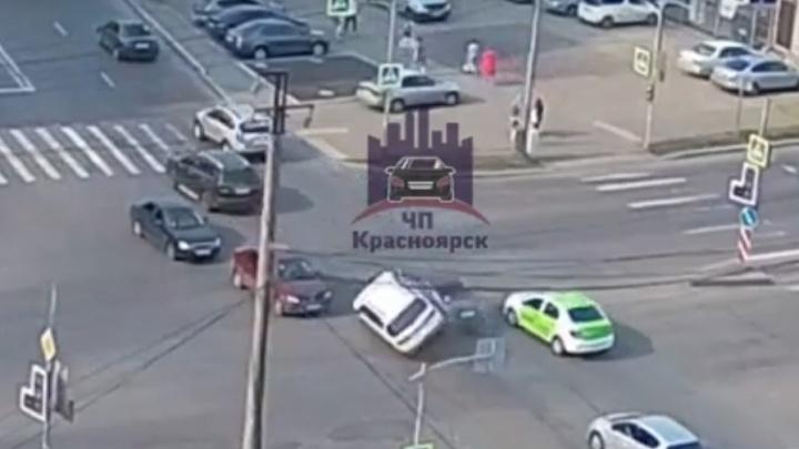 Обманул всех: водитель хотел объехать перекресток по встречке и устроил аварию