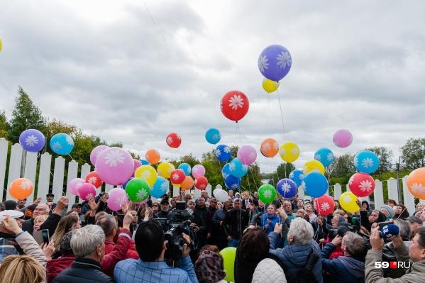 В небо отпустили 88 шаров с именами погибших