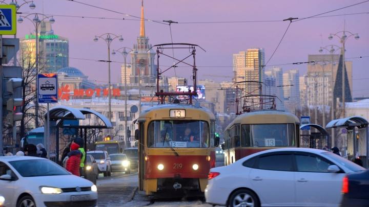 На четырех перекрестках Екатеринбурга поставят умные светофоры для трамваев и автобусов