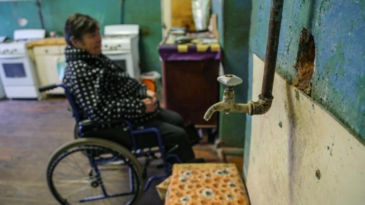 «Подвести коммуникации можно за счет средств собственников»: мэрия Уфы — о доме, где моются на улице