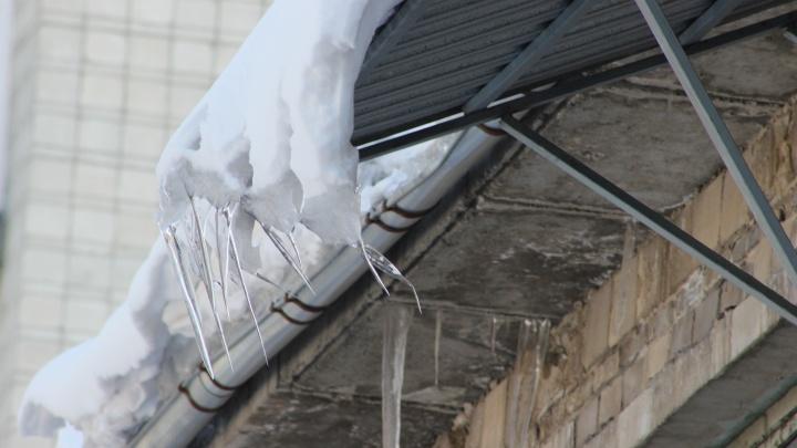 Следователи возбудили дело о падении льда с крыши дома на семилетнюю девочку