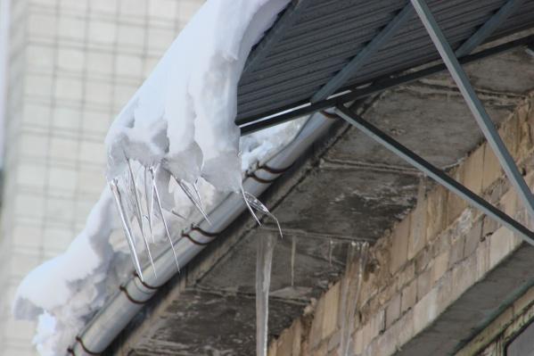 На месте происшествия работали следователи и работники жилищной инспекции