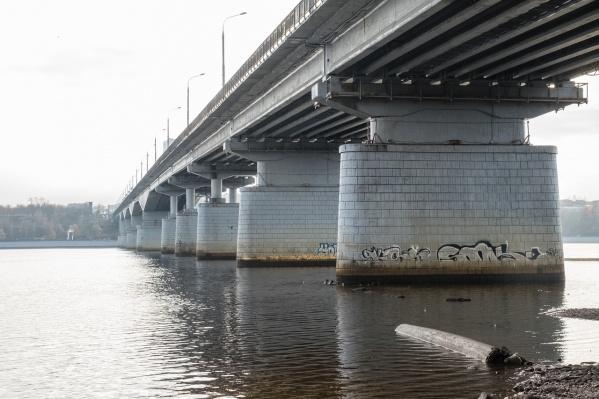 Течение под мостом сильное, поэтому спасатели предполагают, что тело могло унести в сторону Краснокамска или Закамска