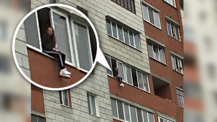 В Екатеринбурге из-за пожара в квартире спасатели эвакуировали 17 человек