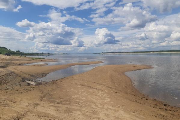 Мальчик отправился купаться с друзьями на мелководье Северной Двины