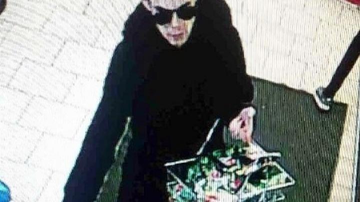 Один в черных очках, другой - с тростью: в Екатеринбурге два парня вынесли корзину кофе из супермаркета