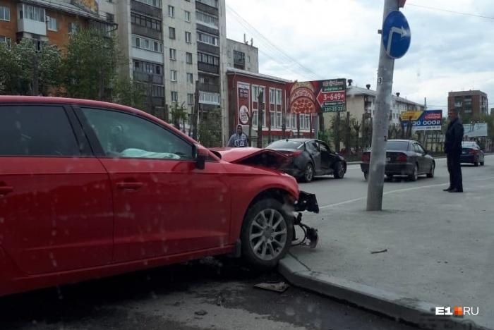 У Audi повреждена передняя часть, а у Kia серьёзная вмятина на правой стороне