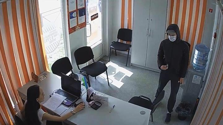 Мужчина в маске пришёл грабить офис с микрозаймами. Но денег там не оказалось