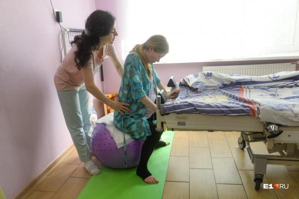 В Екатеринбургском клиническом перинатальном центре женщины приходят рожать в своей домашней одежде
