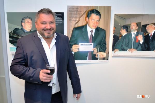 Антон Баков со своей фотографией на выставке издания «Коммерсант»