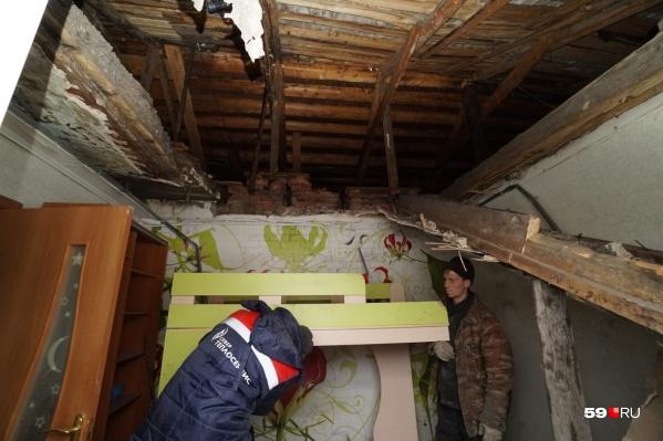 Потолок упал на детскую кровать и придавил пенсионера
