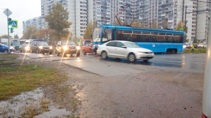 «Лишать прав пожизненно!»: жители Брагино всё утро стояли в пробке из-за ДТП с трамваем