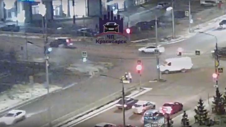 Двух женщин и маленького ребёнка в коляске сбили на переходе на Молокова
