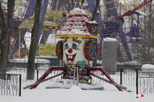 Еще полгода аттракционы будут ждать своих посетителей — обычно парк открывается в мае
