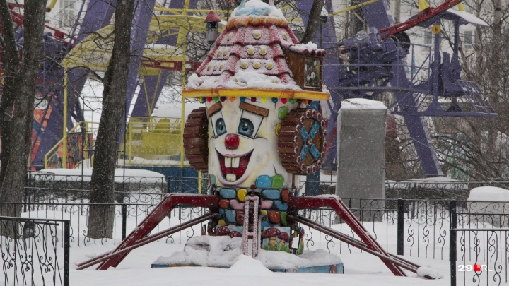 Пустые карусели и чашки со снегом: смотрим, как «Потешный двор» застыл в ожидании лета