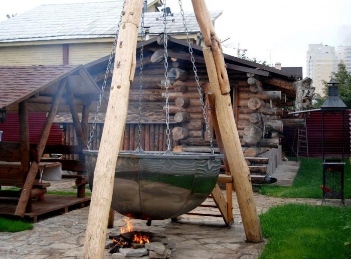 Банный чан, подвешенный на брёвнах