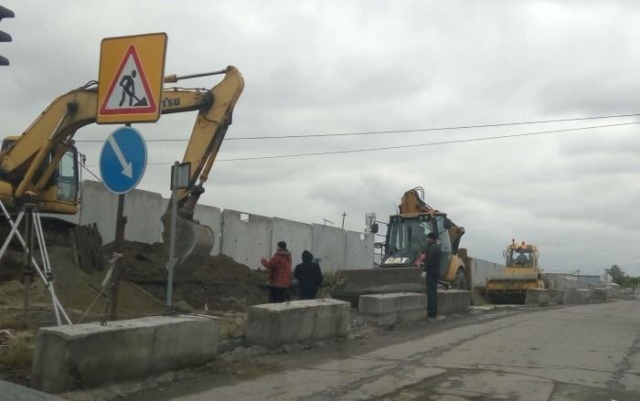 Сейчас на участке улицы работает дорожная техника