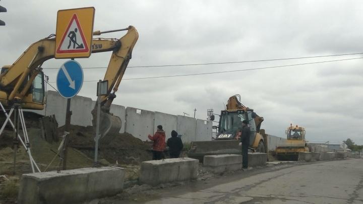 Дождались: для погрязших в пробках жителей МЖК начали расширять выезд на Гусинку