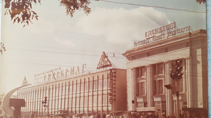 Порошок «Лоск», космос и гейши: 45.ru разглядывает витрины зауральского торгового дома прошлых лет
