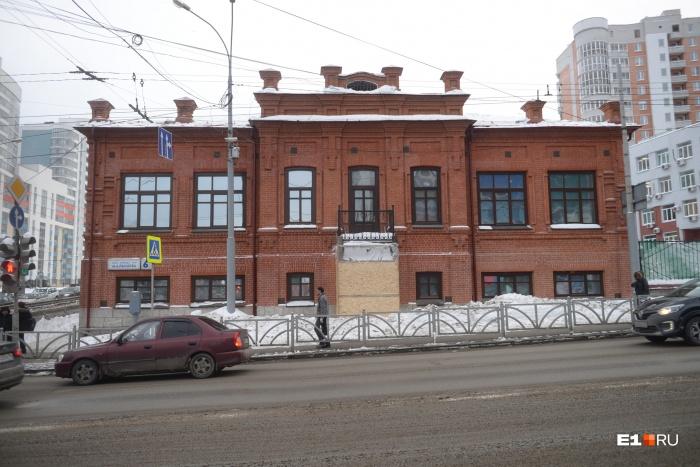 В старинной земской школе в последние годы сидели коммерческие предприятия. К ассоциации «Особые люди» здание перешло в 2016 году