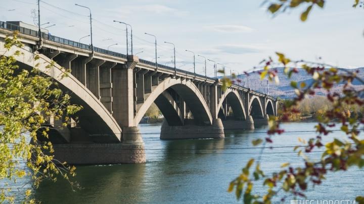 Мужчина сорвался с перил Коммунального моста: спасатели успели вовремя затащить его в лодку