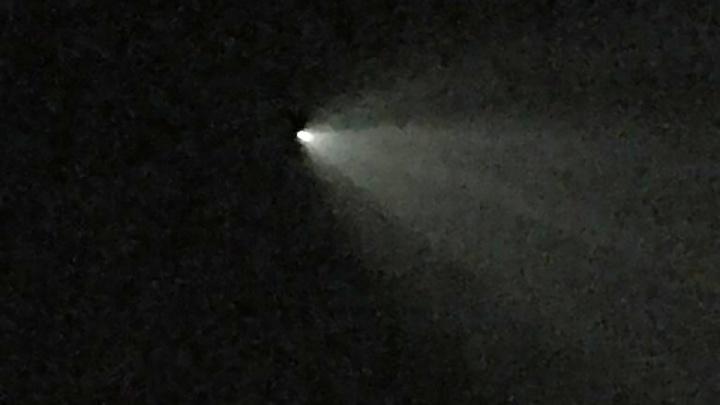 «Что-то падает из космоса»: в небе над Новосибирском пронеслась яркая точка