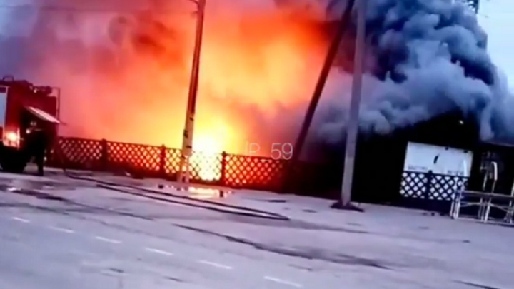 На трассе Пермь — Березники горит крупное придорожное кафе